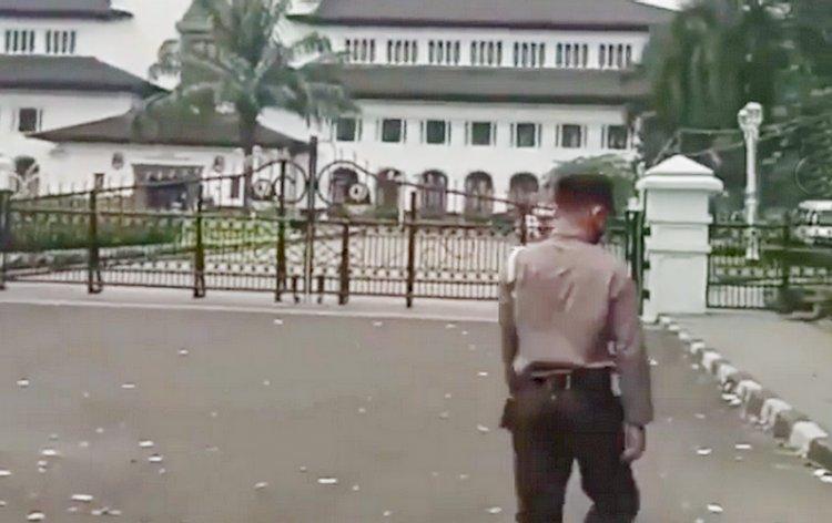Kupon Togel Bertebangan di Depan Gedung Sate Bandung