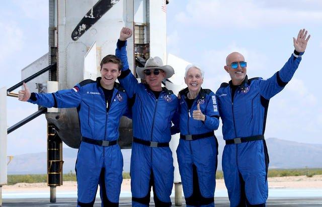 Jeff Bezos Akhirnya Sukses Terbang ke Luar Angkasa