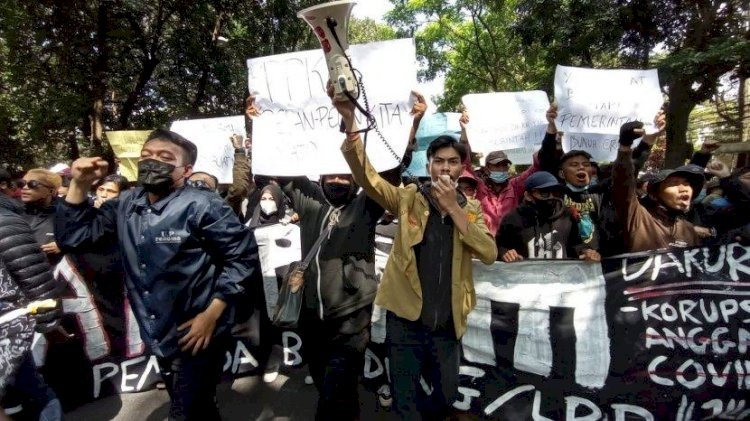 Massa Demo Tolak PPKM di Bandung Dibubarkan Polisi, Ratusan Pemuda Ditangkap