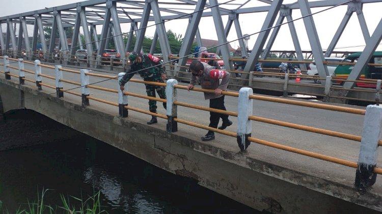 Jembatan Penghubung Jalan Dayeuhkolot-Baleendah Kabupaten Bandung Retak