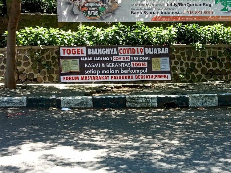 Rumah Dinas Ridwan Kamil Dipasangi Spanduk Ajakan Berantas Judi Togel