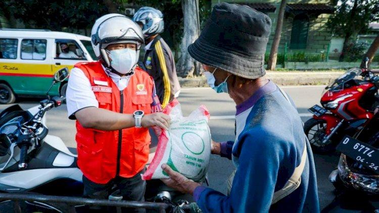 Wakil Wali Kota Bandung Turun ke Jalanan Bagikan Bansos Beras