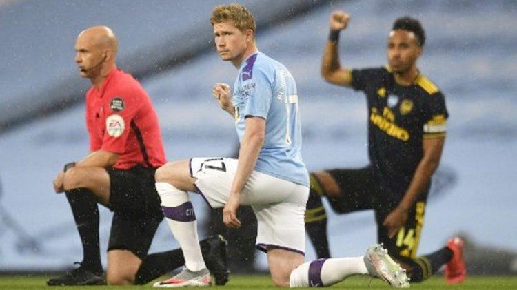 Para Pemain Liga Inggris Akan Lanjutkan Aksi Berlutut di Musim ini