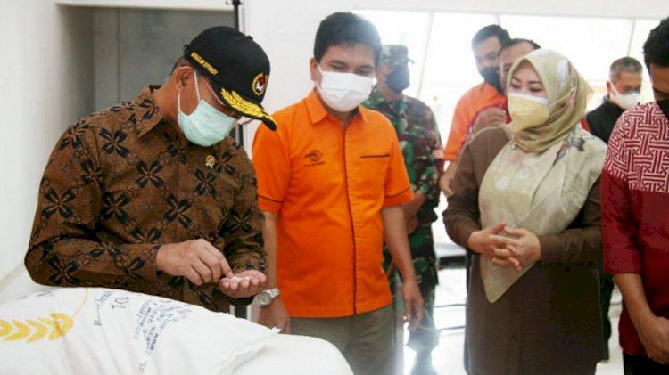 Menko PMK Sidak Bansos Beras Mirip Gumpalan Batu di Banten
