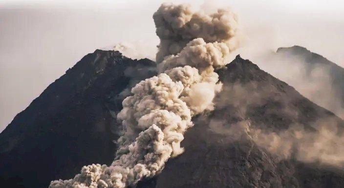 Gunung Merapi Semburkan Awan Panas, Hujan Abu Turun di Sejumlah Wilayah