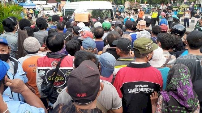 Dikritik Keras, Jokowi ke Terminal Grogol Picu Kerumunan Warga Berebut Sembako