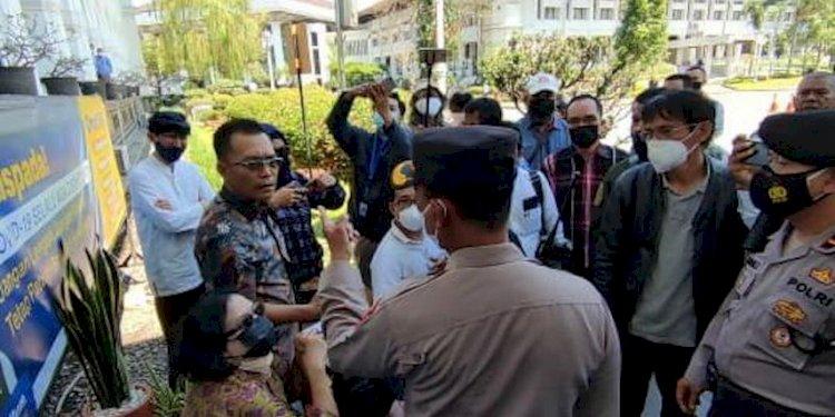 Upaya Audiensi di Gedung Sate Dihadang Polisi, Aktivis Prodem Duga Ridwan Kamil Sekongkol dengan Sentul City