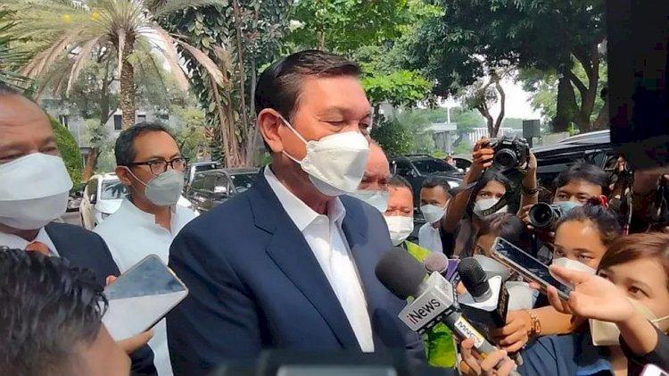 Luhut Serahkan 12 Barang Bukti Terkait Pelaporan Pencemaran Nama Baik oleh Haris Azhar dan Fatia