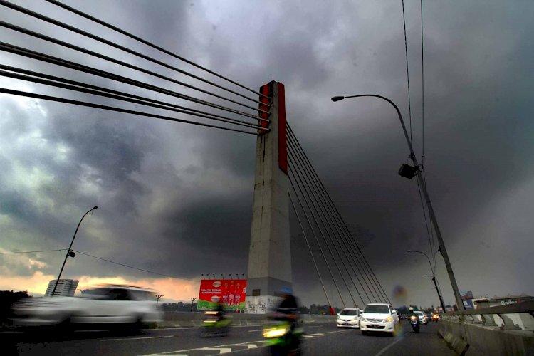 BMKG Prediksi Hujan Disertai Petir Terjang Sejumlah Kota Besar