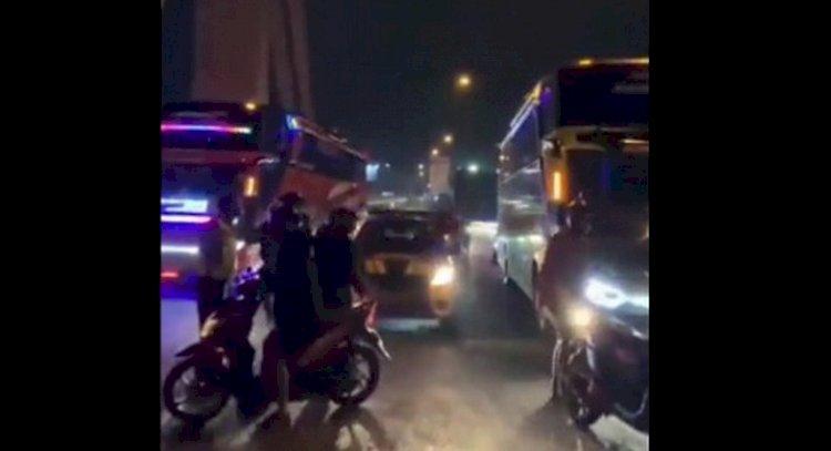 """Kecewa Dengan Prestasi Persib Bandung di Liga 1, Bobotoh Geruduk Bus Rombongan Pemain dan Teriak """"Butuuuutttt….!"""""""
