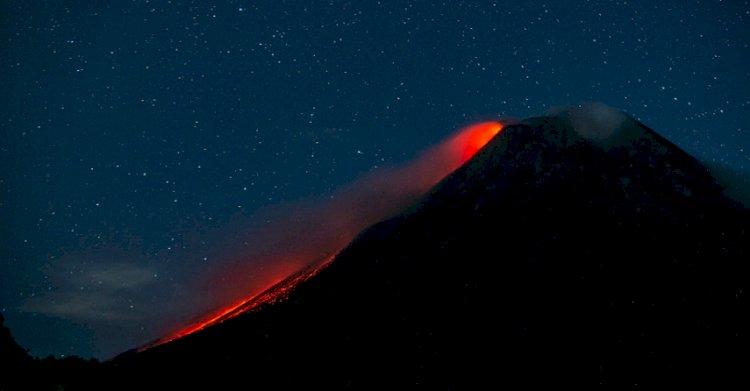 Gunung Merapi Luncurkan Lava Pijar Sejauh 1 Kilometer