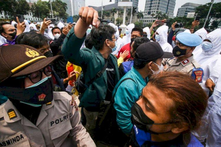 Polisi Bubarkan Aksi Setahun Omnibus Law-UU Cipta Kerja di Kawasan Patung Kuda yang Digelar BEM SI