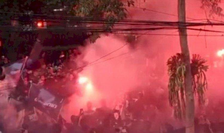 Kecewa Performa Persib Bandung di Liga 1, Ratusan Bobotoh Bakar Ban dan Nyalakan Suar